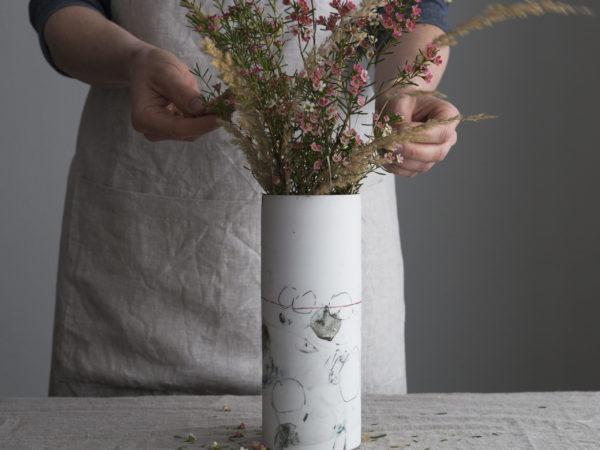 Schuerze und Vase
