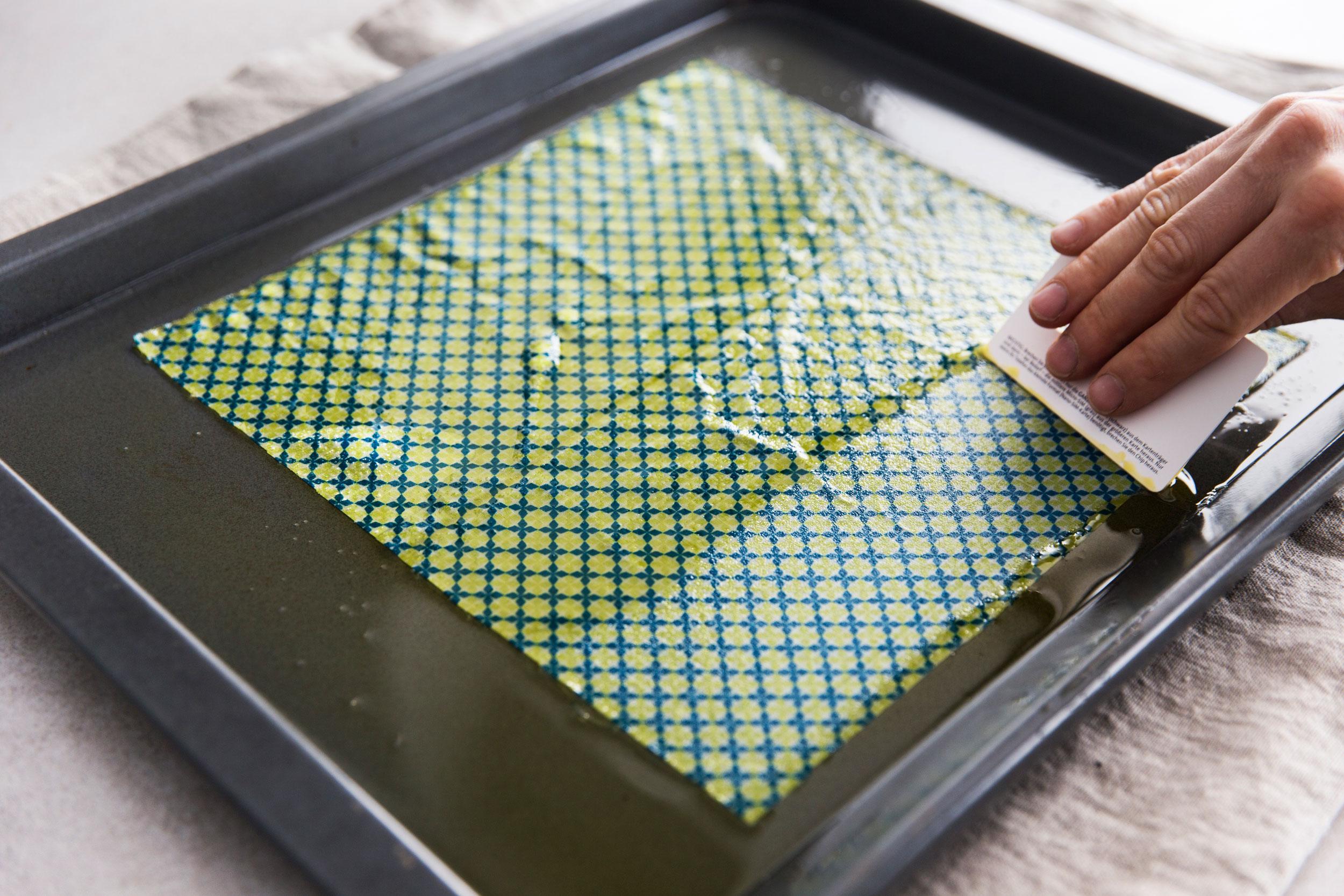 Bienenwachstuch herstellen, mit einer Karte abziehen