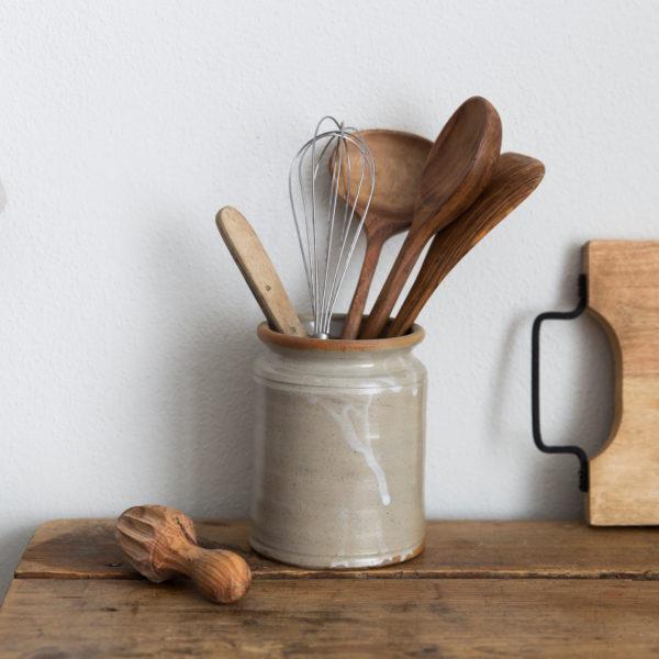Keramik Gefaess mit Kuechenutensilien