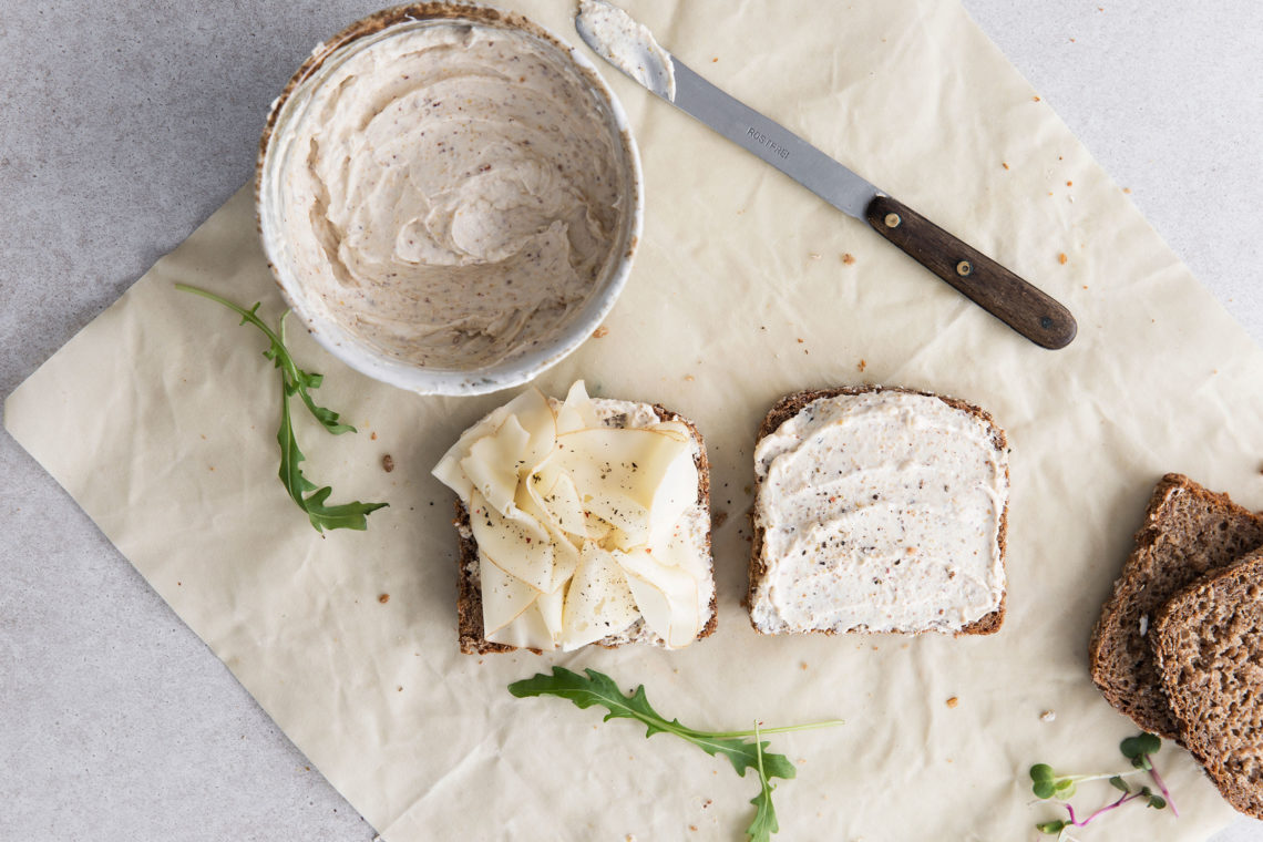 Brote werden auf Bienenwachstuch mit Käse belegt
