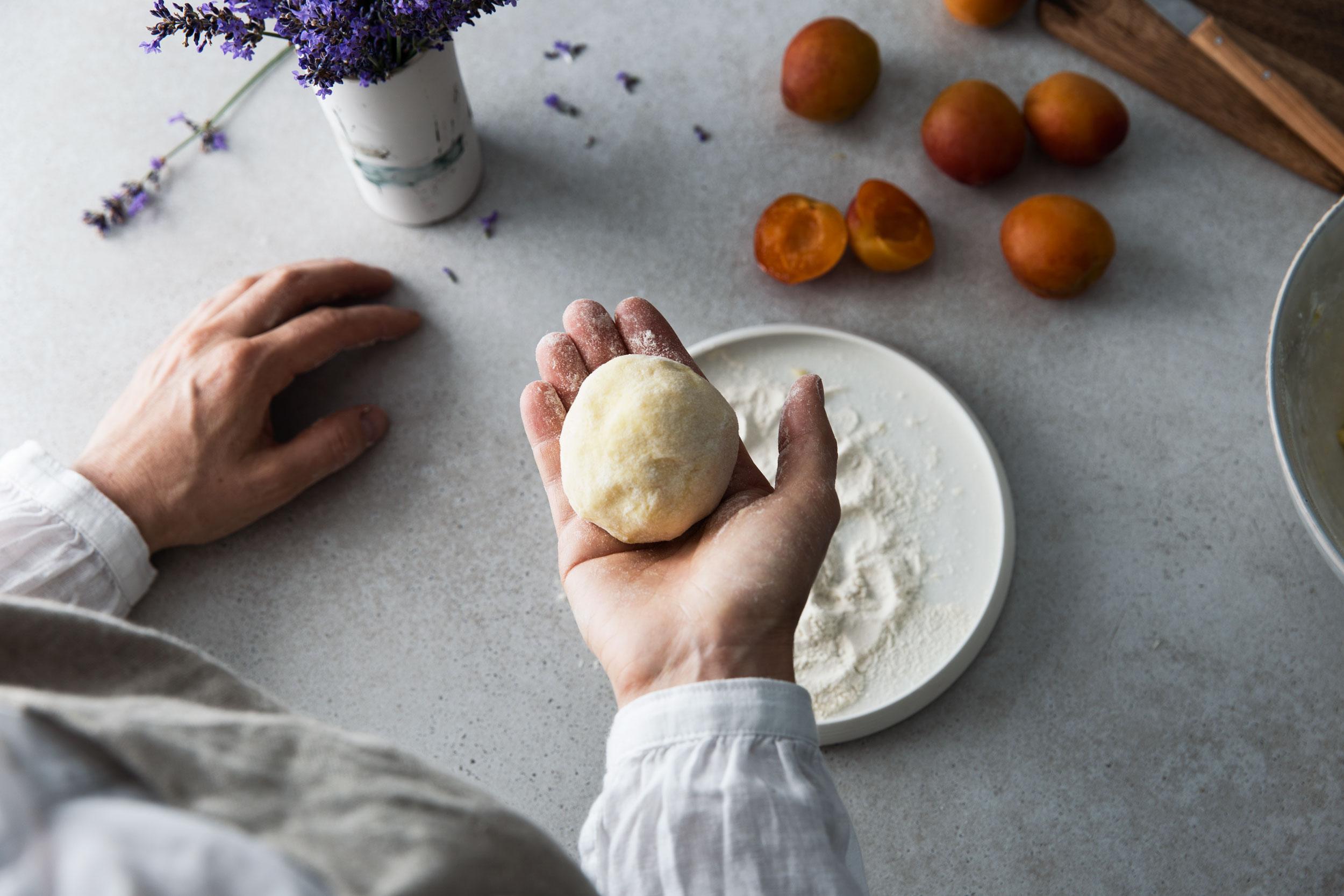 Zubereitung Aprikosenknoedel in der Hand