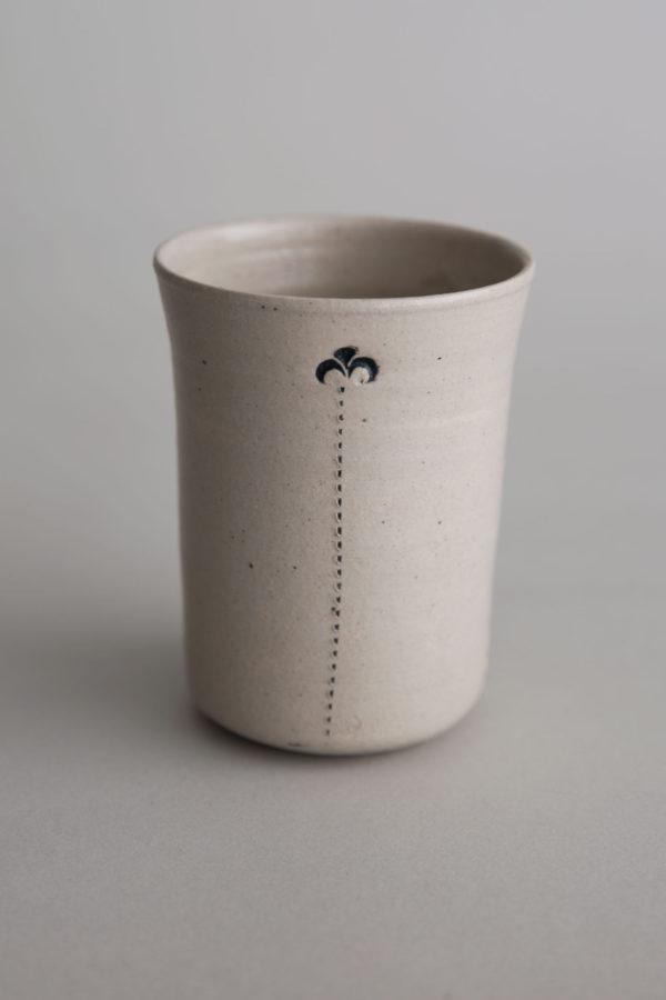 Handgemachter Keramikbecher mit Ornamenten