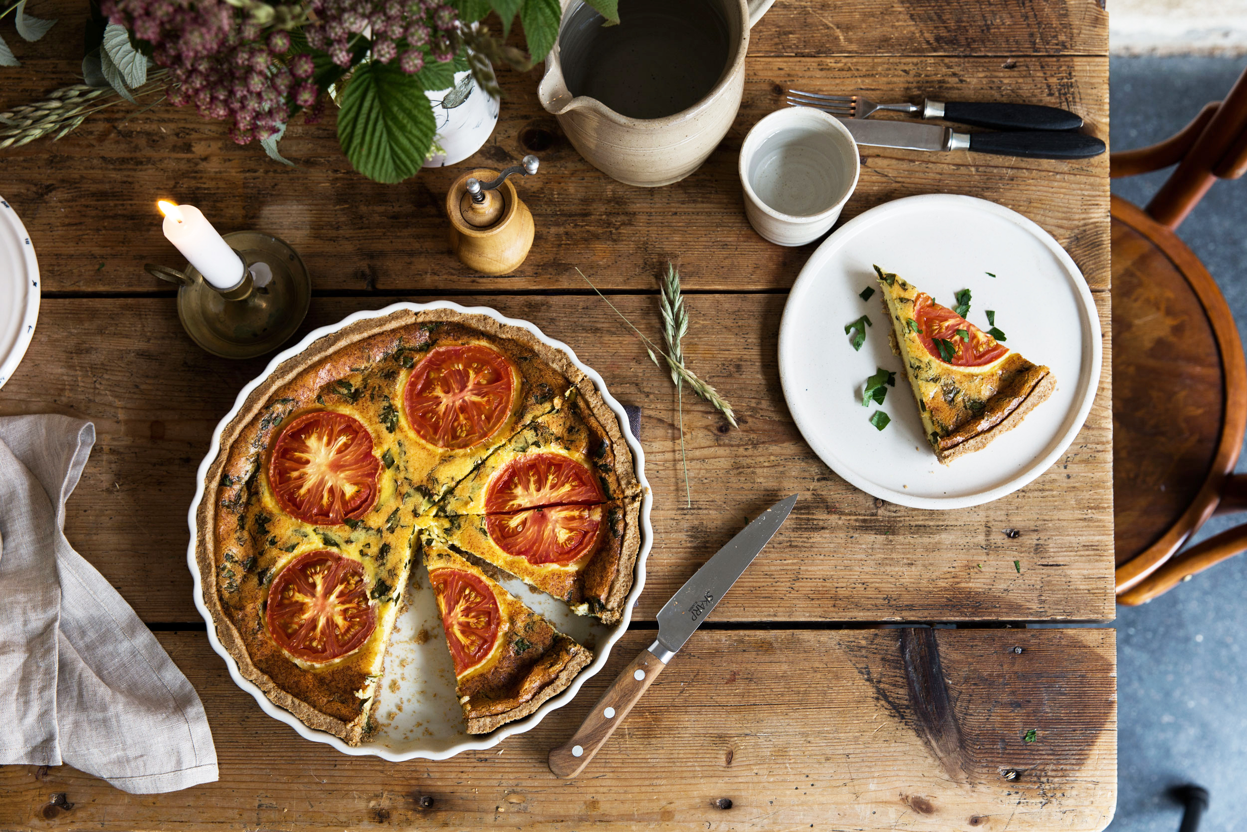Tomaten-Quiche auf Holztisch