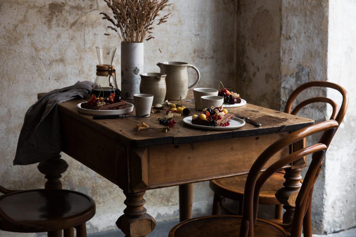 Gemuetliche, rustikal gedeckte Tafel, Kaffee trinken