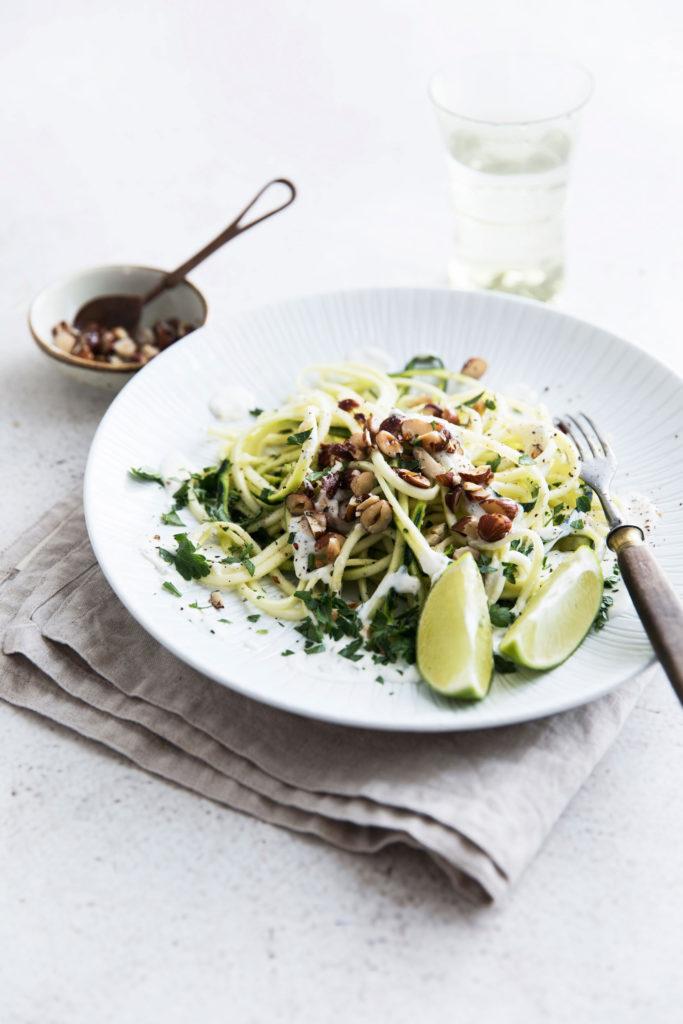 Zucchini-Nudeln mit Haselnüssen
